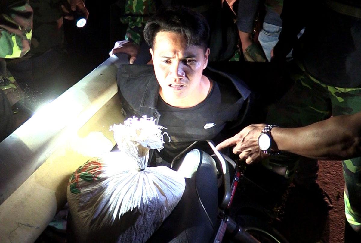 Nghi can Thịnh bị trinh sát khống chế tại xã Thọ Điền, huyện Vũ Quang, tối 13/3. Ảnh: Hùng Lê