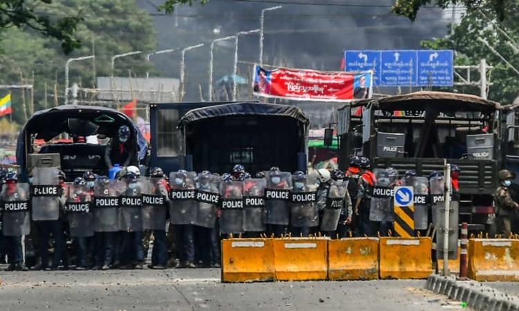 Lực lượng an ninh Myanmar dàn hàng ngăn chặn những người biểu tình ở quận Hlaing Tharyar, Yangon, ngày 14/3. Ảnh: AFP.