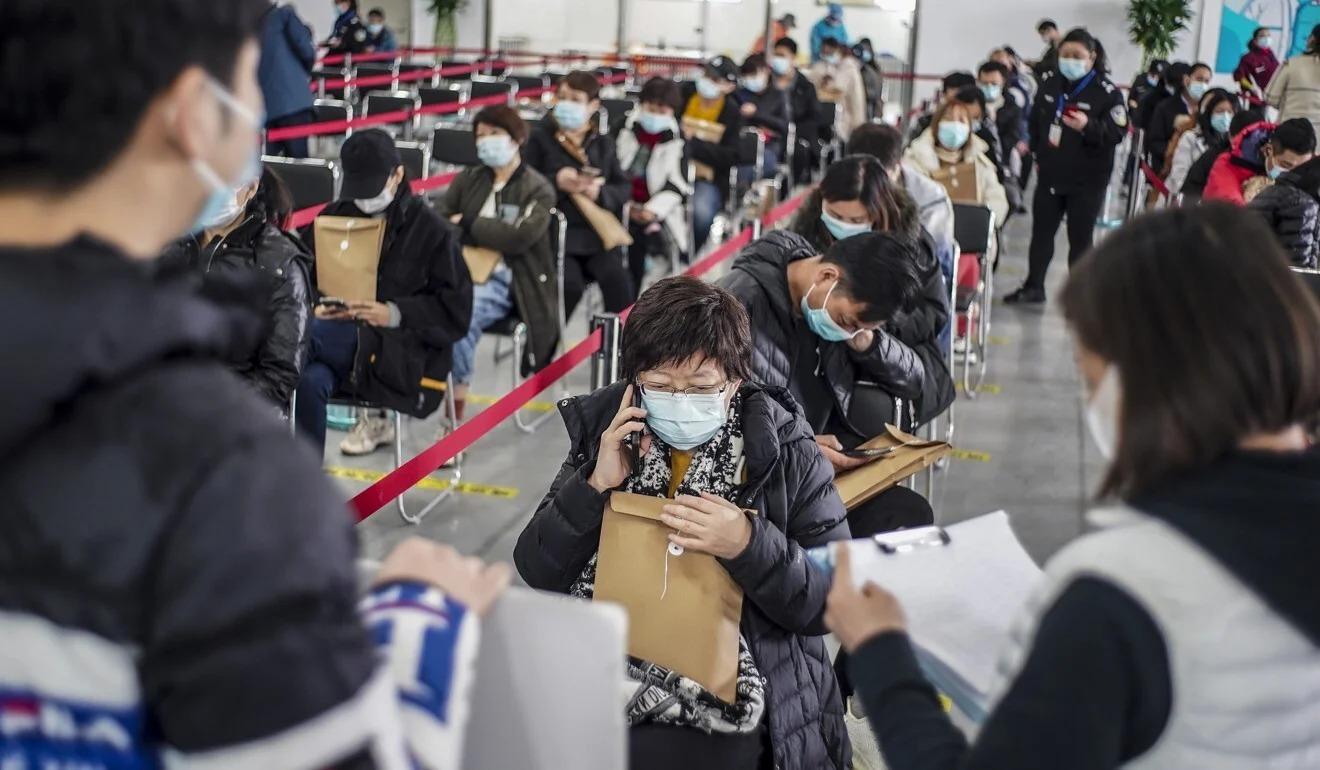 Người dân Trung Quốc xếp hàng chờ tiêm vaccine. Ảnh: Xinhua