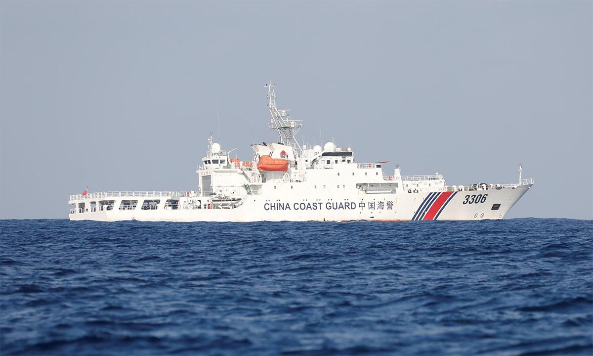 Tàu hải cảnh Trung Quốc hoạt động tại bãi cạn Scarborough tranh chấp với Philippines, tháng 4/2017. Ảnh: Reuters.