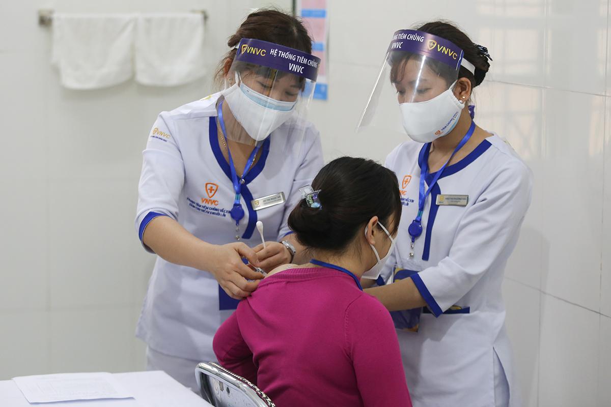 Lực lượng chống dịch tại Hải Dương được tiêm vaccine Covid-19 đợt đầu, ngày 8/3. Ảnh: Gia Chính