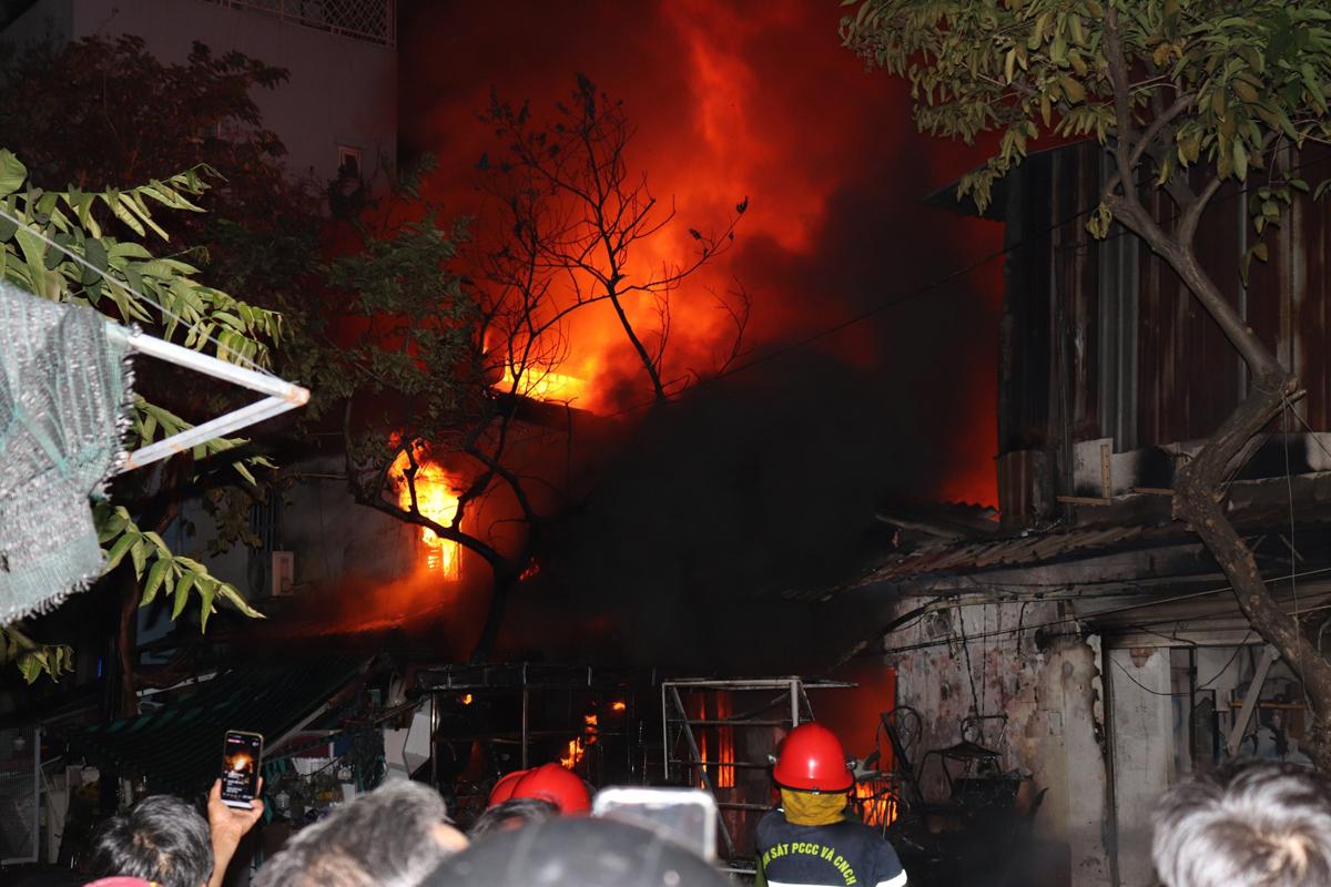 Lửa cháy cuồn cuộn tại cửa hàng bán đồ nội thất cũ ở quận 7, tối 15/3. Ảnh: Đình Văn.