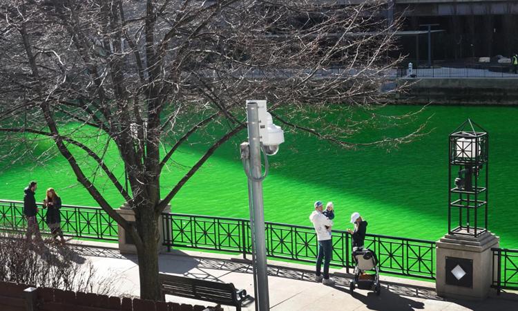 Người dân ngắm sông Chicago sau khi được nhuộm xanh hôm 13/3. Ảnh: AFP.