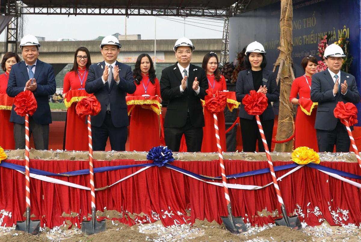 Lãnh đạo thành phố Hà Nội thực hiện nghi lễ khởi công dự án sáng 15/3. Ảnh: Võ Hải.