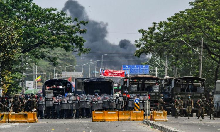 Lực lượng an ninh Myanmar được triển khai trong cuộc biểu tình chống đảo chính ở khu công nghiệp Hlaingthaya, ngoại ô Yangon hôm 14/3. Ảnh: AFP.