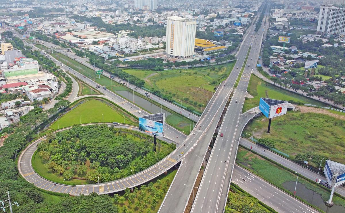 Đoạn cuối đường Võ Văn Kiệt giao với quốc lộ 1 tại huyện Bình Chánh, TP HCM, tháng 2/2021. Ảnh: Gia Minh.