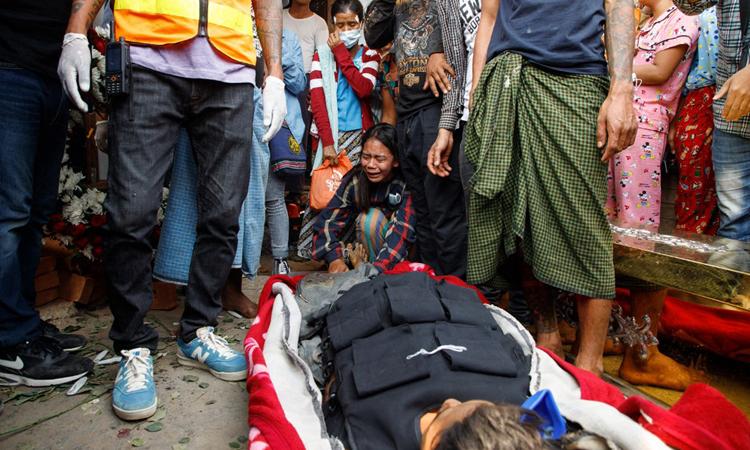 Người thân khóc bên thi thể người biểu tình ở thành phố Mandalay, Myanmar hôm 14/3. Ảnh: AFP.