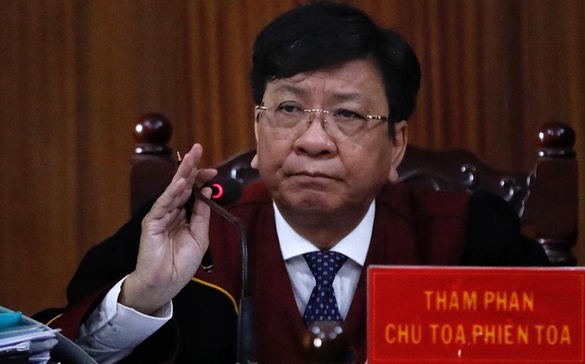 Chủ tọa Phạm Lương Toản thẩm vấn bà Diệp. Ảnh: Hữu Khoa.