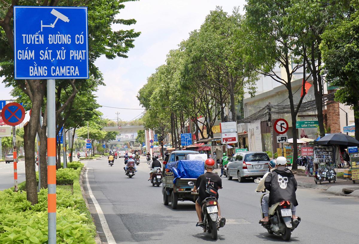 Biển cảnh báo ghi hình phạt nguội qua camera trên đường Điện Biên Phủ, quận Bình Thạnh, hồi tháng 10. Ảnh: Gia Minh.