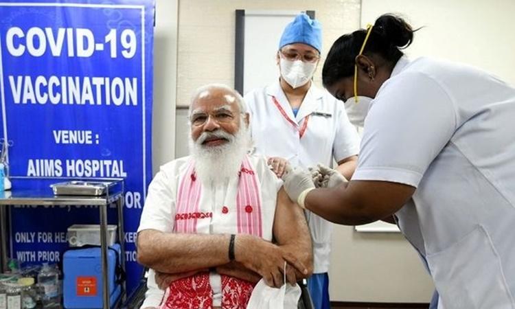 Thủ tướng Ấn Độ Narendra Modi tiêm vaccine Covid-19 tại thủ đô New Delhi ngày 1/3. Ảnh: Reuters.