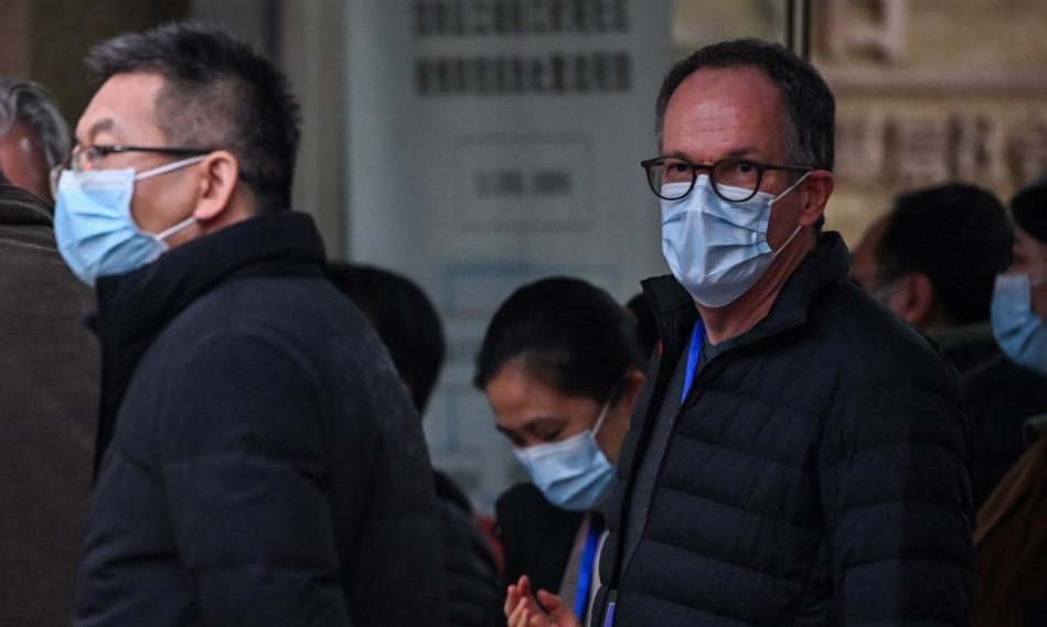 Peter Ben Embarek (phải), trưởng nhóm điều tra nguồn gốc nCoV của WHO, tại Vũ Hán, Trung Quốc, hôm 4/2. Ảnh: AFP.