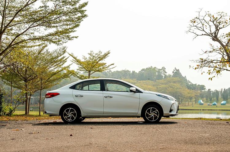 Mẫu sedan hạng B của Toyota được bổ sung la-zăng thiết kế mới.