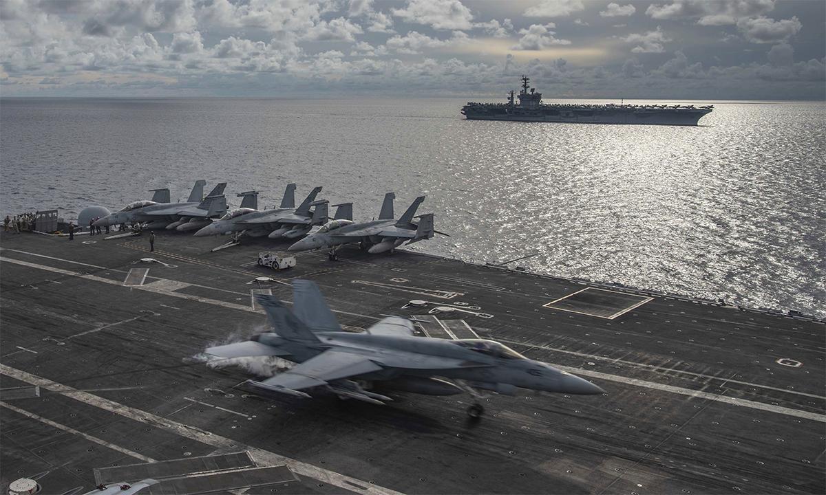 Tiêm kích F/A-18E huấn luyện hạ cánh trên tàu sân bay USS Ronald Reagan trong đợt diễn tập chung với tàu sân bay USS Nimitz tại Biển Đông, tháng 7/2020. Ảnh: US Navy,