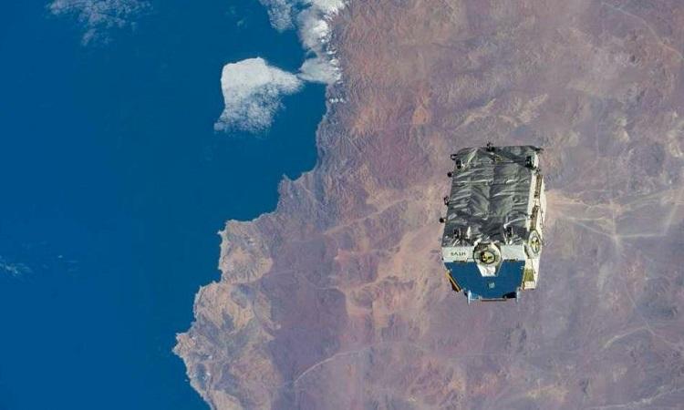 Khối rác vũ trụ sau khi vứt khỏi trạm ISS. Ảnh: NASA.