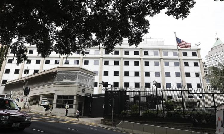 Bên ngoài lãnh sự quán Mỹ ở Hong Kong. Ảnh: SCMP.