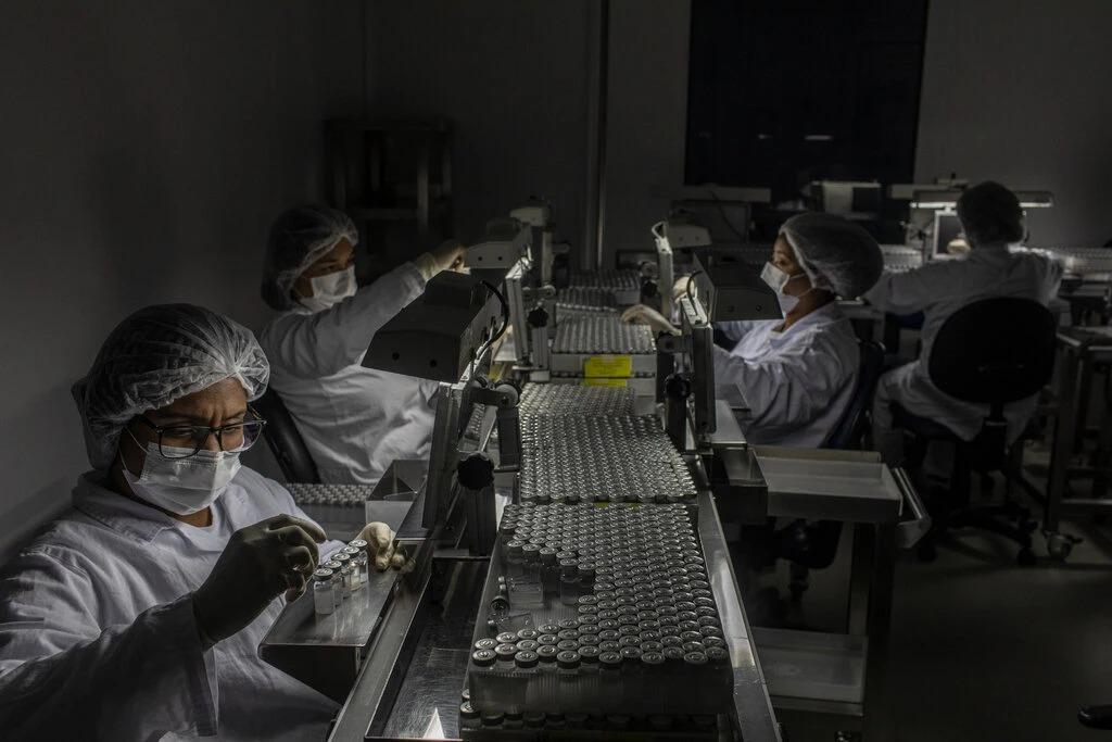 Các liều vaccine CoronaVac của Trung Quốc đang được chuẩn bị vào tháng trước ở Sao Paulo, Brazil.