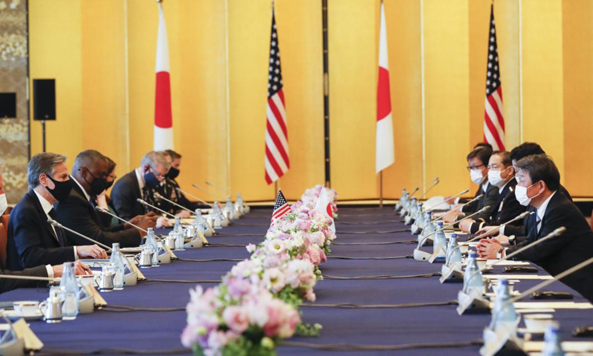 Phái đoàn Mỹ (trái) và quan chức Nhật Bản họp tại Tokyo hôm 16/3. Ảnh: AP.