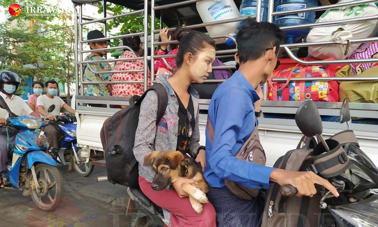 Dân nhập cư rời khỏi các quận bị áp lệnh thiết quân luật ở thành phố Yangon, Myanmar hôm nay. Ảnh: Irrawaddy.