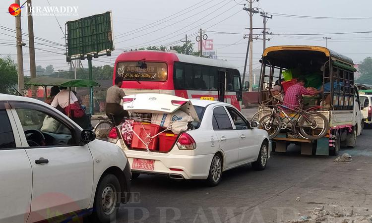 Xe cộ nối đuôi nhau trên đường chở người dân rời các khu vực thiết quân luật ở Yangon hôm nay. Ảnh: Irrawaddy.