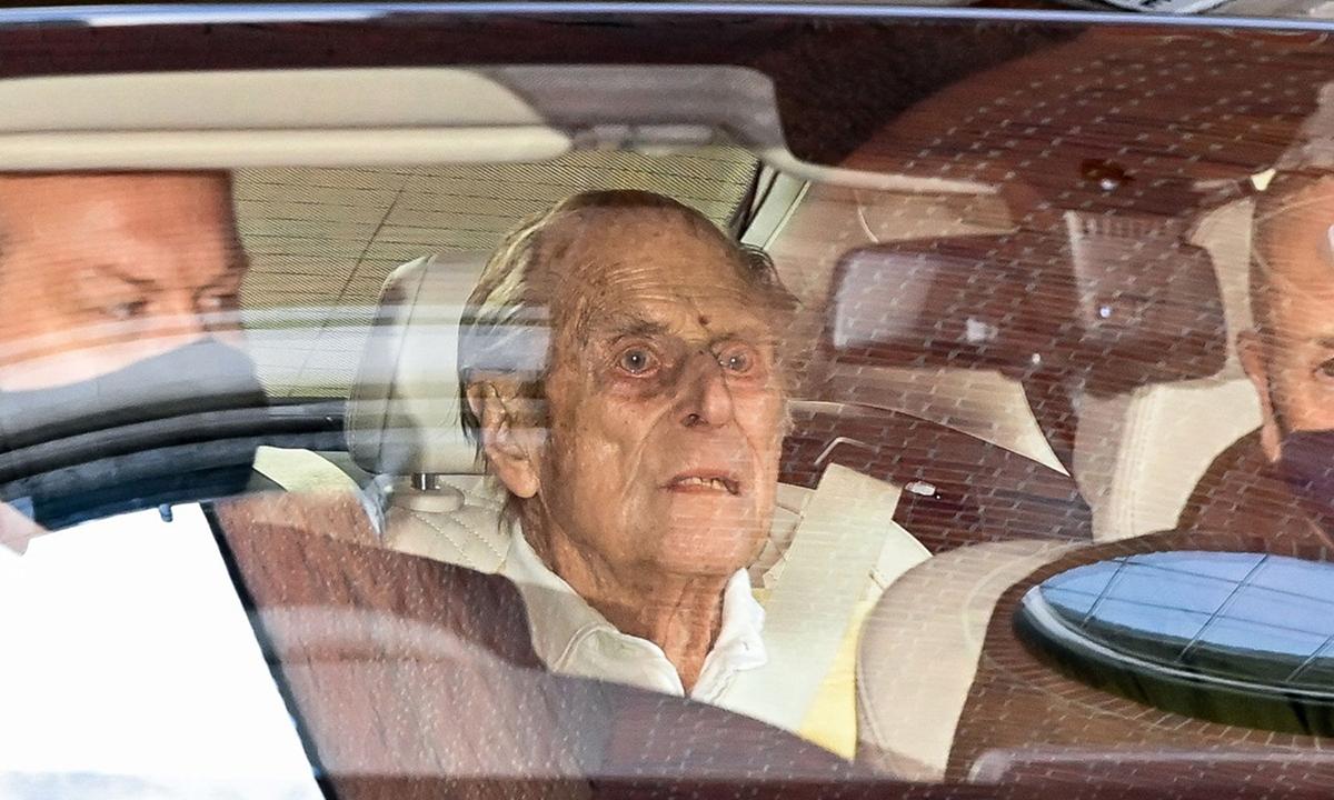 Hoàng thân Philip trên xe rời bệnh viện Vua Edward VII tại London sáng 16/3. Ảnh: AFP.