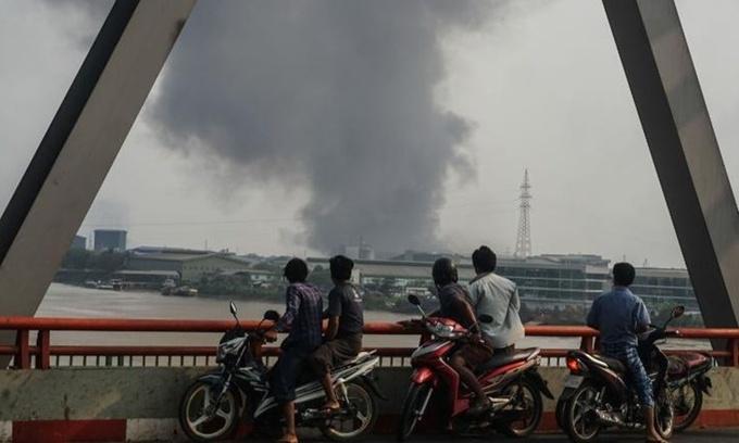 Khói bốc lên từ một khu vực thuộc thị trấn Hlaing Tharyar, Yangon, Myanmar, ngày 14/3. Ảnh: Anadolu Agency.