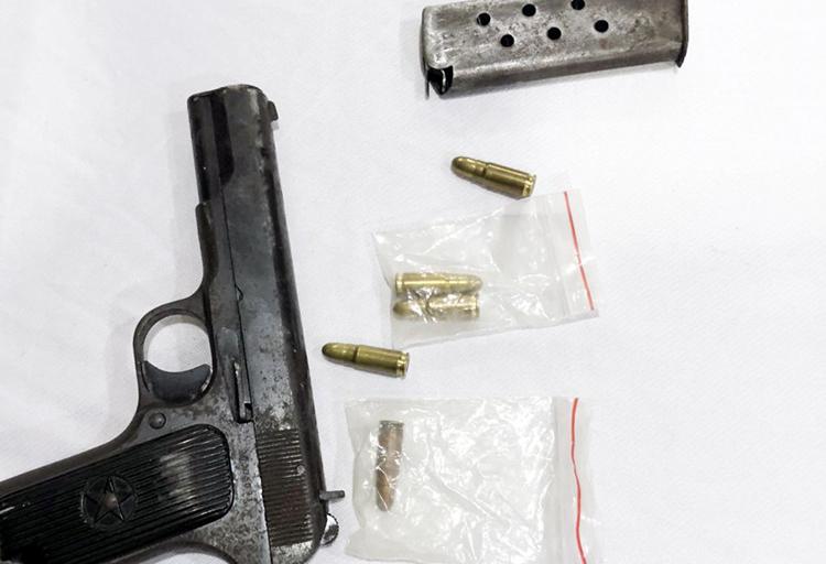 Công an thu giữ khẩu súng cùng 5 viên đạn do Duy cất giữ. Ảnh: Công an cung cấp