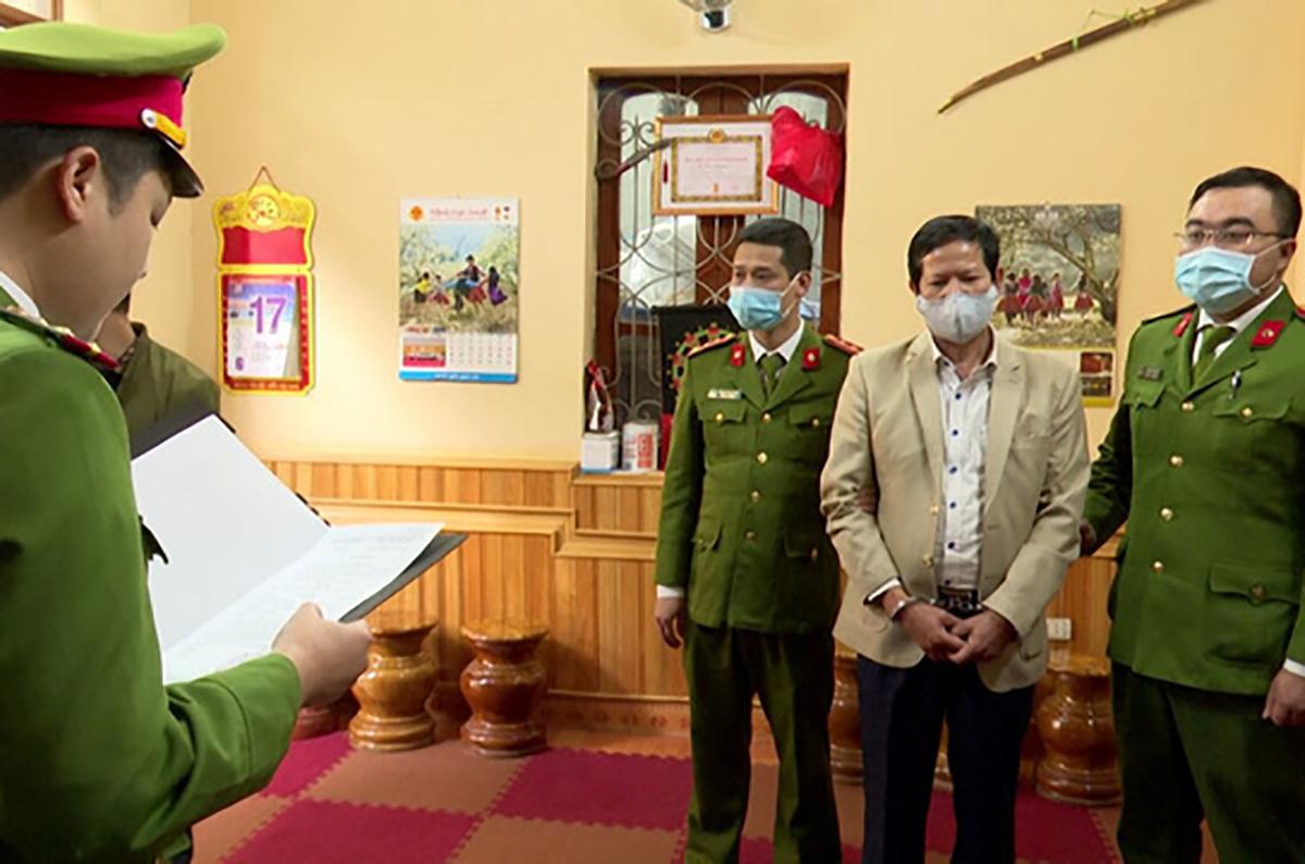 Cựu phó giám đốc sở Sa Văn Khuyên lúc bị tống đạt quyết định khởi tố. Ảnh: Phạm Minh.