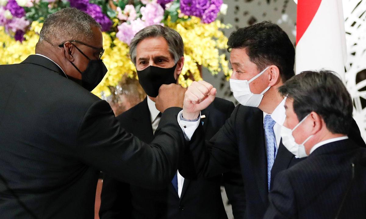 Bộ trưởng Quốc phòng Lloyd Austin (trái) chạm tay với Bộ trưởng Quốc phòng Nhật Bản Nobuo Kishi (thứ hai từ bên phải), trong cuộc gặp với Ngoại trưởng Mỹ Antony Blinken và Ngoại trưởng Nhật Bản Toshimitsu Motegi  ở Tokyo hôm 16/3. Ảnh: Reuters.