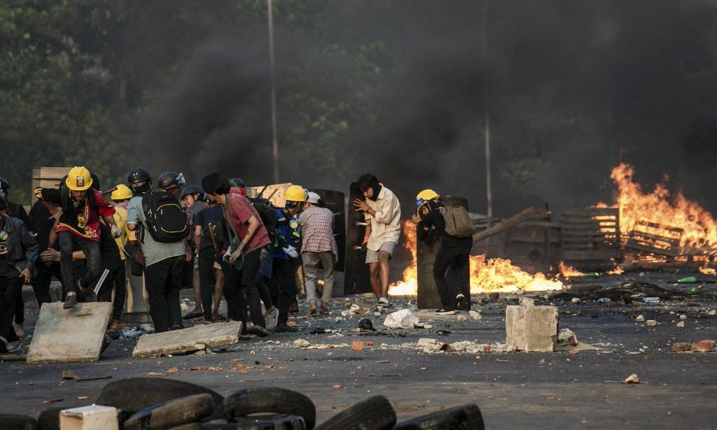 Người biểu tình đụng độ cảnh sát tại Yangon hôm 16/3. Ảnh: AFP.