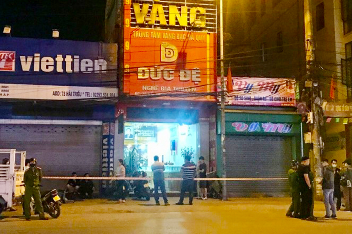 Tiệm vàng Đức Đệ hiện đã được công an quận Hồng Bàng phong tỏa, điều tra ngay sau khi xảy ra cướp vào tối 17/3. Ảnh: CTV