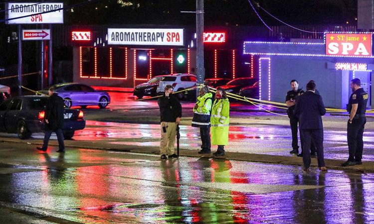 Cảnh sát tại hiện trường vụ xả súng tiệm spa Aroma Therapy ở Atlanta, bang Georgia, Mỹ hôm 16/3. Ảnh: AJC.