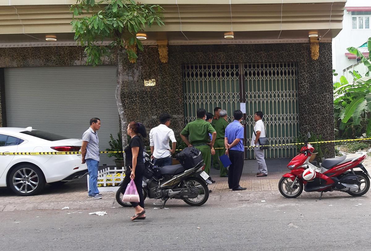 Cảnh sát khám nghiệm hiện trường vụ nổ súng tại quán karaoke làm 1 người chết. Ảnh: Hồ Nam