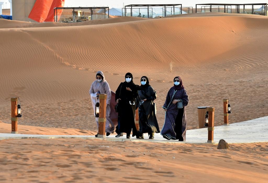 Khách hàng tới vui chơi ở Ốc đảo Riyadh hôm 1/2. Ảnh: AFP