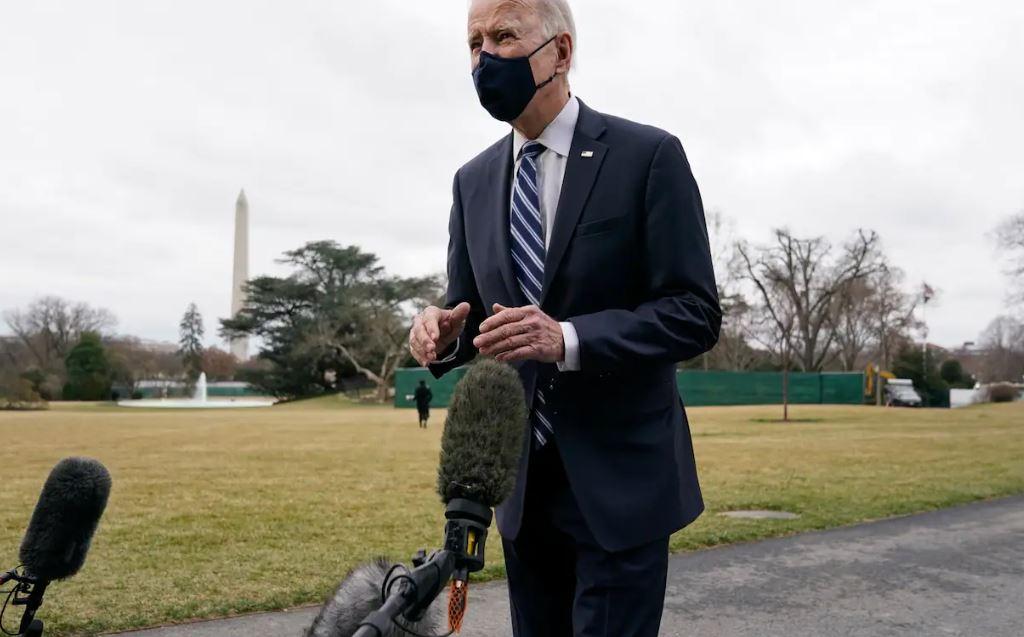 Góc chụp khác cho thấy chiếc micro sáng màu ở trước mặt Biden lúc ông trả lời phỏng vấn. Ảnh: WP.