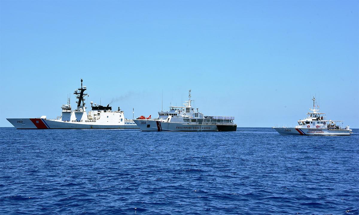 Tàu tuần duyên Mỹ USCGC Bertholf (trái) diễn tập cùng tàu cảnh sát biển Philippines BRP Batangas (giữa) và BRP Kalanggaman (phải) tháng 5/2019. Ảnh: USCG.