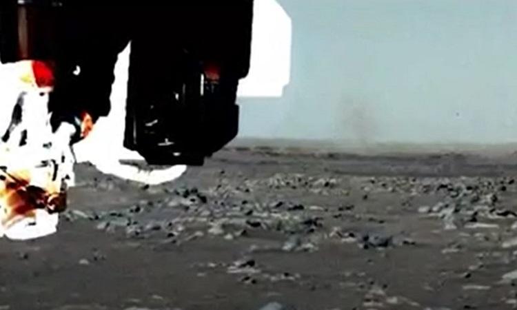 Lốc bụi di chuyển phía trước robot Perseverance. Ảnh: NASA.