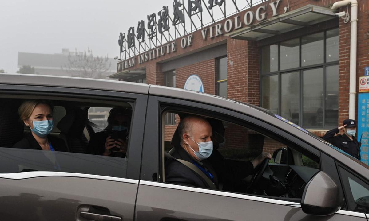 Thành viên nhóm điều tra WHO tới thăm Viện Virus học Vũ Hán hôm 3/2. Ảnh: AFP.