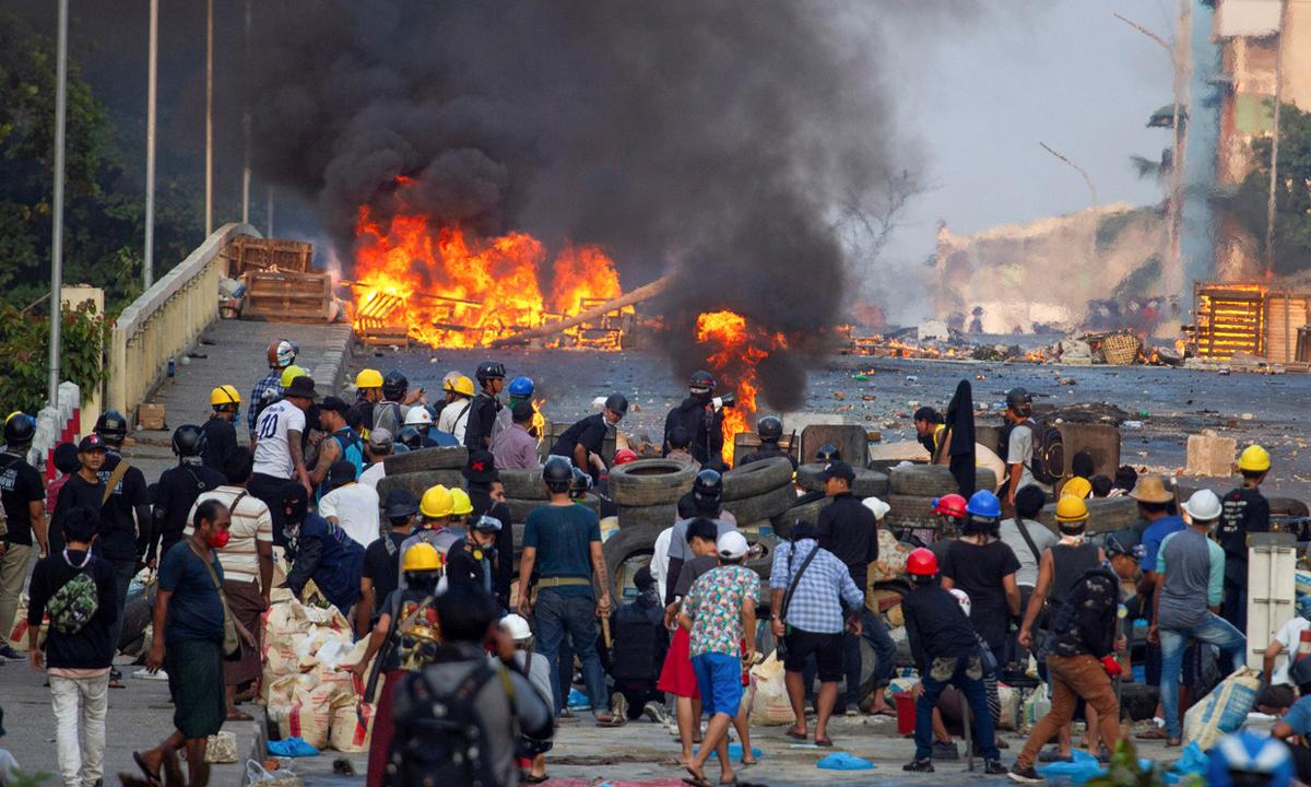 Những người biểu tình phản đối đảo chính trong cuộc đụng độ với lực lượng an ninh tại Yangon, Myanmar, hôm 16/3. Ảnh: Reuters.