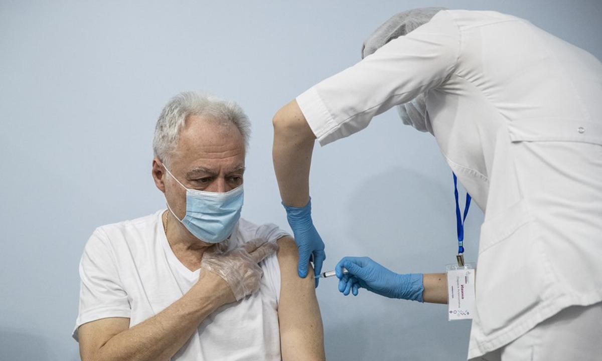 Nhân viên y tế tiêm vaccine Sputnik V cho người cao tuổi ở Moskva, Nga hôm 20/1. Ảnh: AP.