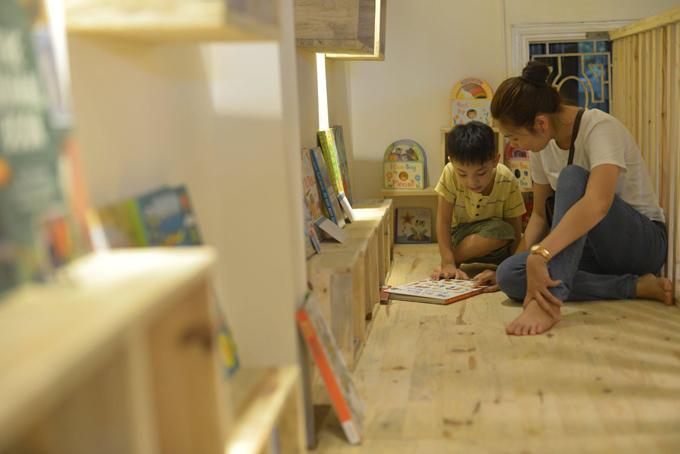 Phụ huynh cũng có góc đọc riêng, với nhiều thể loại, trong lúc chờ con đọc sách. Ảnh: MIA Housebook.