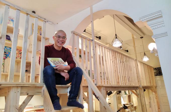 Anh Harry Trung Nguyễn, chủ nhà sách tiếng Anh miễn phí ở Hà Nội. Ảnh: NVCC.