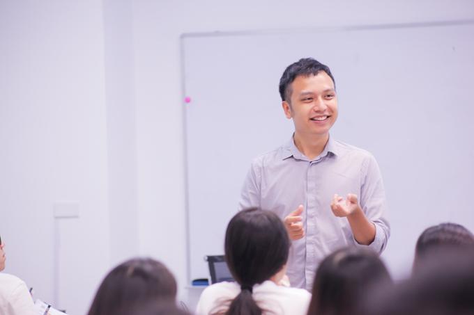 Anh Tú trong một buổi dạy IELTS tại Hà Nội gần đây. Ảnh: NVCC.