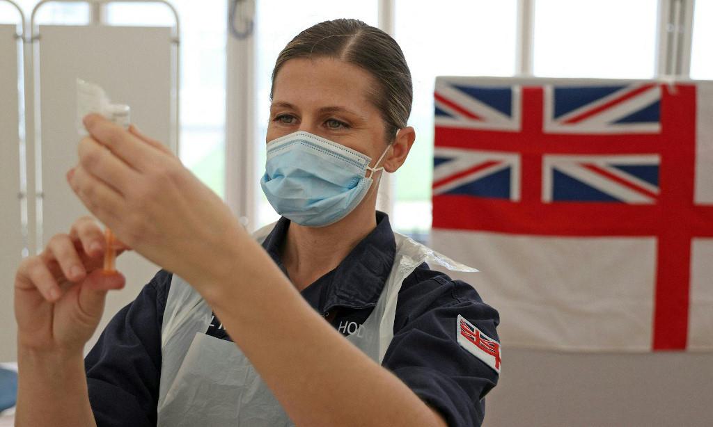 Nhân viên y tế chuẩn bị vaccine Covid-19 của AstraZeneca tại một điểm tiêm chủng ở thành phố Bath, tây nam Anh, hôm 27/1. Ảnh: AFP.