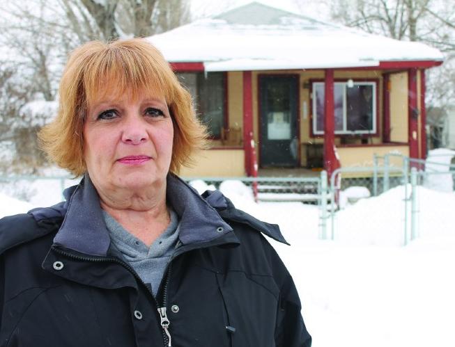 Heidi Jones-Asay đứng trước căn nhà nơi mẹ bị sát hại khi bà mới bốn tuổi. Ảnh: Salt Lake City Weekly.