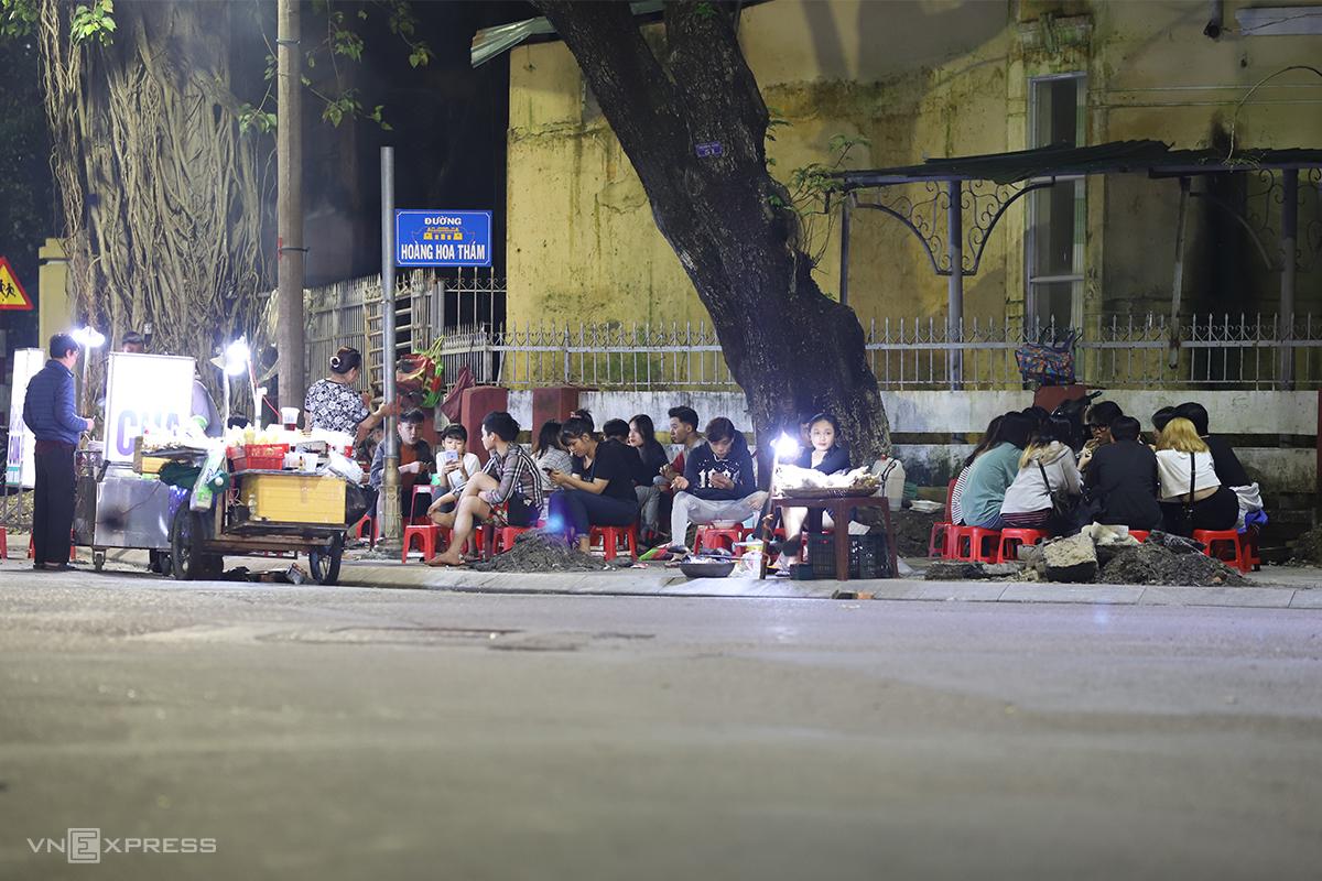 Các quầy bán hàng rong về đêm trở thành nơi nhiều người tìm đến thưởng thức. Ảnh: Võ Thạnh