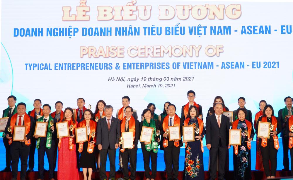 Bà Nguyễn Thị Hoa, Chủ tịch IMAP Việt Nam và các doanh nghiệp tiêu biểu diện kiến Thủ tướng Chính phủ Nguyễn Xuân Phúc