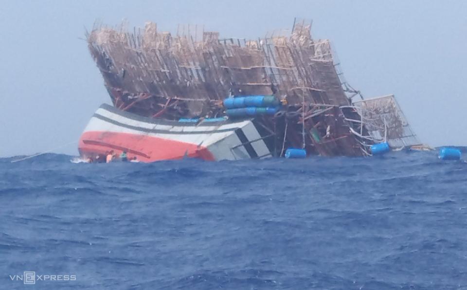 Tàu QNa 90839 TS chìm giữa biển. Ảnh: Mạnh Linh.