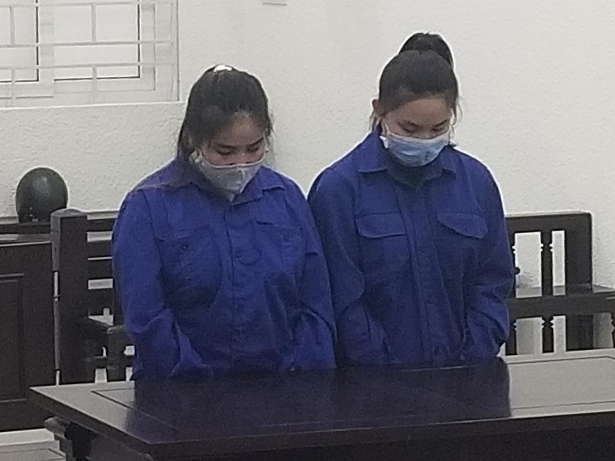 Từ trái qua: Bị cáo Hương và Ngân tại phiên xét xử. Ảnh: Hải Thư