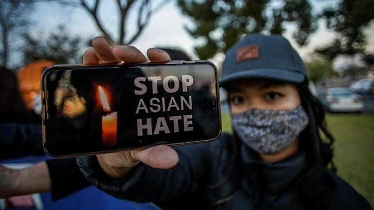 Một cô gái giơ điện thoại có dòng chữ ngừng thù ghét người gốc Á trong một buổi biểu tình ở California ngày 18/3. Ảnh: AFP.