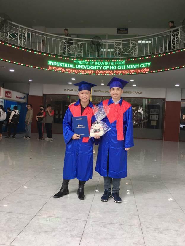 Đặng Võ Đức Trọng (bên phải) quyết định theo đuổi công nghệ blockchain và có việc làm sau 7 tháng học trực tuyến tại FUNiX.